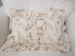 using shabby chic decorative pillows to decorate the room spotlats