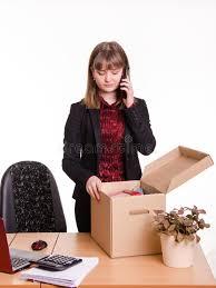 le bureau fille la fille dans le bureau examine des choses personnelles et téléphone