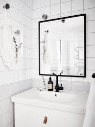 simpele scandinavische badkamer in zwart wit kleuren door het simpele scandinavische badkamer in zwart wit kleuren door het all white thema scandinavian bathroomscandinavian interior designhome