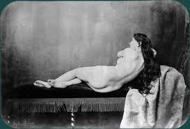 canapé récamier nu féminin allongé sur un canapé récamier