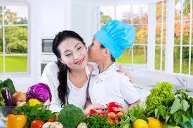 baise cuisine baiser de petit garçon sa mère dans la cuisine image stock image