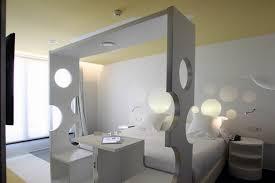 chambre d hotel originale design insolite à l hôtel room mate pau de barcelone firstluxe