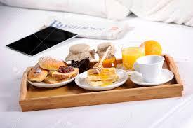 chambre et petit dejeuner plateau de petit déjeuner portant sur le lit dans une chambre d