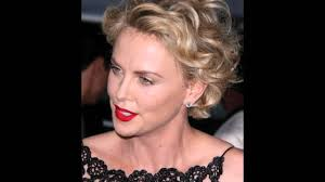 Frisuren Kurzes Lockiges Haar by Kurze Frisur Für Lockiges Haar Charlize Theron