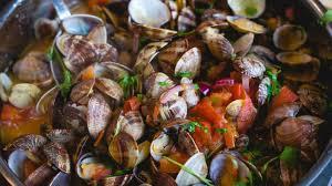 cuisiner des palourdes fraiches les recettes de l été palourdes aux tomates fraiches rtbf un