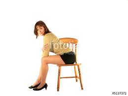 sur chaise femme assise sur chaise photo libre de droits sur la banque d