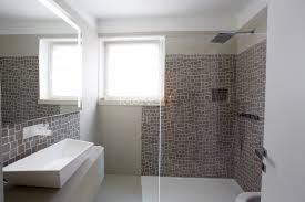 bagno mosaico bagno con lavabo sfacciato e mosaico tortora mangodesign studio