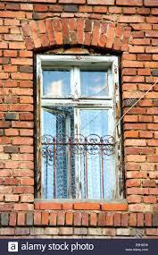 Ziegelhaus Alte Fenster In Europäischen Ziegelhaus Stockfoto Bild 75986436