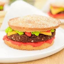 recette hamburger frites ketchup et verre de bière