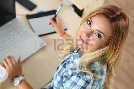 femme nue au bureau mains de femme designer au bureau de travail avec tablette graphique