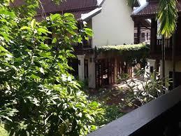 location chambre hotel vue du balcon de la chambre sur l entrée de l hotel ร ปถ ายของ