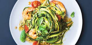 cuisiner la courgette spaghetti spaghettis de courgette aux crevettes et à l ail marabout côté cuisine