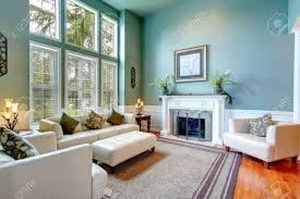 Wohnzimmer Decke Hohe Decke Aqua Wohnzimmer Mit Weißen Ledercouch Ottaman Sesseln