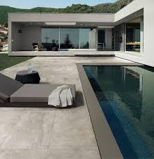 carrelage grand format pour piscine envie d u0027habiller la plage de votre piscine voici un carrelage