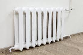 chauffage chambre le chauffage central de radiateur blanc de fer est dans la chambre