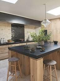 des cuisines en bois cuisine et bois mur en pierres et carrelage noir brillant