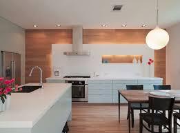 cuisine lambris decoration lambris mural bois clair assorti parquet cuisine blanche