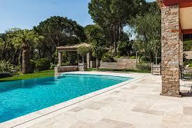 amenagement piscine exterieur carrelage exterieur piscine contour de la maison carrelage