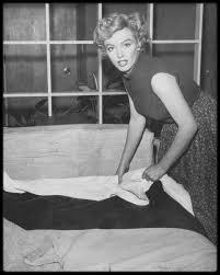 chambre marilyn 1951 photos phil burchman marilyn dans sa chambre au beverly