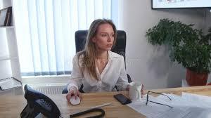 image pause café bureau l employé de bureau prenant une pause café avec ses pieds nus a