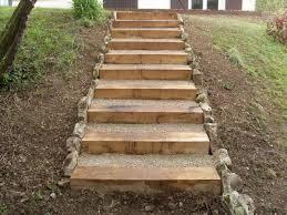 bloc marche escalier exterieur terrasse en bois et escalier en traverse bois clôture et murs