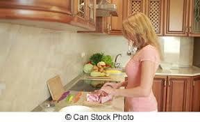 marteau cuisine femme viande cuite cru battements frais table maison