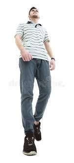 sedere di uomo vista dal basso di giovane uomo casuale sorridente che cammina