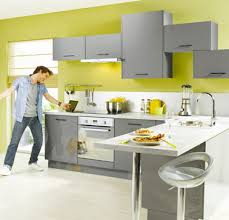 peinture verte cuisine cuisine gris et vert visuel decoration jaune lzzy co