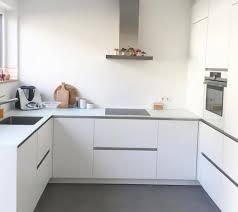 weisse küche weisse kueche matt beton arbeitsplatte einschubtueren jpg 3832