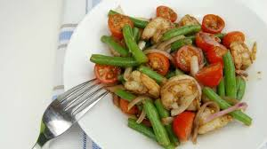 cuisiner la salade verte salade de crevettes et haricots verts recette par tchop afrik a