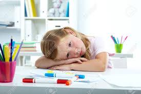 le bureau fille portrait de fille triste mettant sa tête sur le bureau banque d