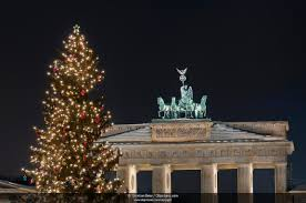 photo picture quadriga on brandenburg gate with a christmas tree