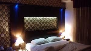 lumiere pour chambre chambre avec lit king size effets de lumière bleue orange air