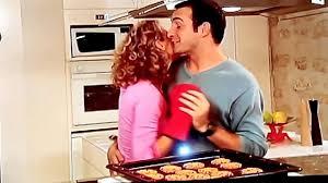 un gars une fille dans la cuisine un gars une fille dans la cuisine