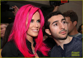 does jenny mccarthy have hair extensions with her bob jenny mccarthy dyes her hair hot pink jenny mccarthy pinterest