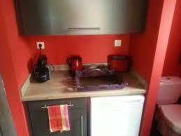 cuisine pour les petit l espace cuisine avec frigo et vaiselle pour le petit dejeuner
