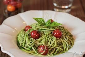 comment cuisiner une courgette spaghetti spaghetti de courgette cru au pesto basilic ze cookingshow