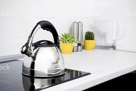 cuisiner avec une bouilloire acier bouilloire dans une cuisine moderne avec plaque à induction