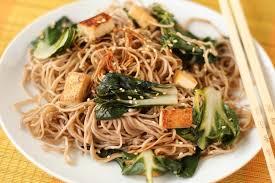 cuisiner le tofu ferme recette de nouilles soba aux blettes et au tofu la recette facile