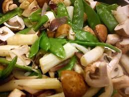 cuisiner des pois gourmands recette de poêlée d asperges chignons et pois gourmands