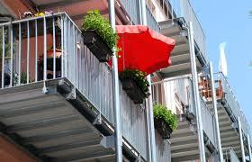 sonnenschirm fã r den balkon gelander blumenkasten sonnenschutz sonnenschirm rot balkon