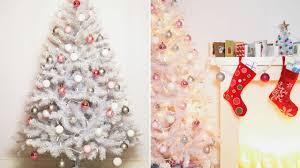 imagenes en blanco y rosa decorar un árbol de navidad blanco sala