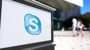 skype de bureau panneau de signage de rue avec le logo de skype centre brouillé de