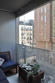 balkon metall windschutz balkon glas transparent metall geflecht holz
