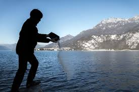 scattering ashes at sea how to scatter ashes everplans