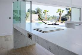 cuisine en marbre cuisine laquée d un blanc immaculé associé au marbre de carrare