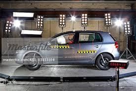 si e auto crash test ein auto mit crash test dummy in einem crash testlabor stockbilder