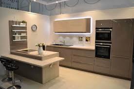 cuisine carré tabouret ilot cuisine luxe peinture murale blanche polie petit