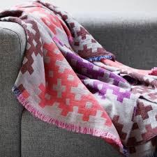 plaids pour canapé a chacun plaid pour se réchauffer plaid cushion pillow and