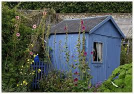 cabane jardin la cabane au fond du jardin photo et image jardins voyages en